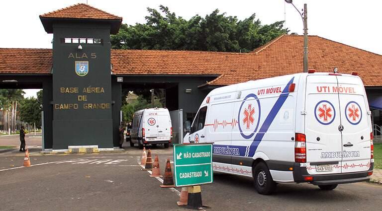 Pacientes sendo transportados de ambulância até a Base Aérea de Campo Grande. (Foto: Governo de MS)