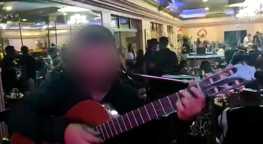 Show aconteceu na noite de ontem, em um casino na fronteira (Foto: Reprodução Vídeo)