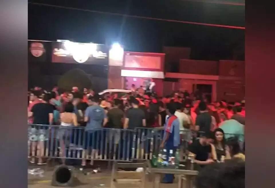 População se aglomera nas ruas de cidade de MS(Foto: Direto das Ruas)
