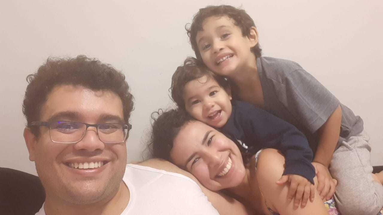 Rafael com a esposa e os filhos. (Foto: Arquivo pessoal)