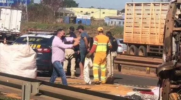 Momento em que caminhoneiro de (boné preto ao fundo) foi preso (Foto: Direto das Ruas)