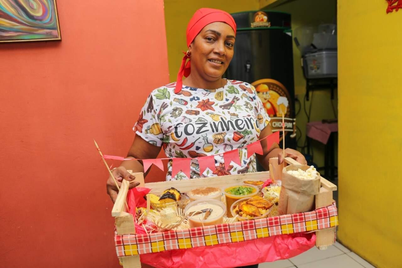 Zuleide, conhecida pelos amigos como Zuzu, mostra a cesta praparada para quem deseja matar a saudade da festa junina. (Foto: Paulo Francis)