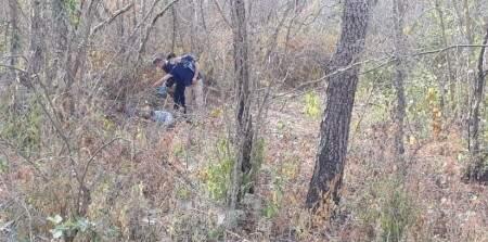 Policiais no local onde o corpo da vítima foi encontrado. (Foto: Divulgação/ PC Ladário)