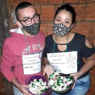 Para casal, cada bombom vendido na rua é um passo mais perto do casório