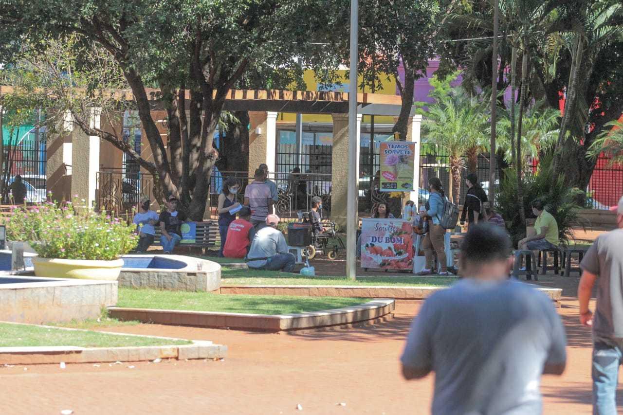 Na Praça Ary Coelho movimentação era normal nos bancos e também na circulação. (Foto: Marcos Maluf)