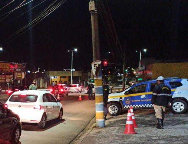 323 veículos foram fiscalizados durante blitz na noite deste domingo (Foto: Divulgação)