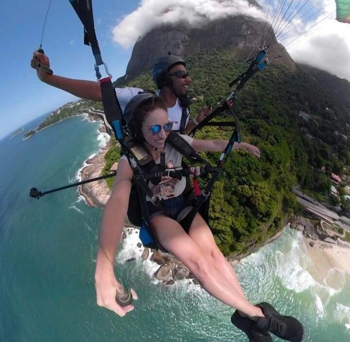Bruna saltando de parapente durante viagem (Foto: Arquivo Pessoal)