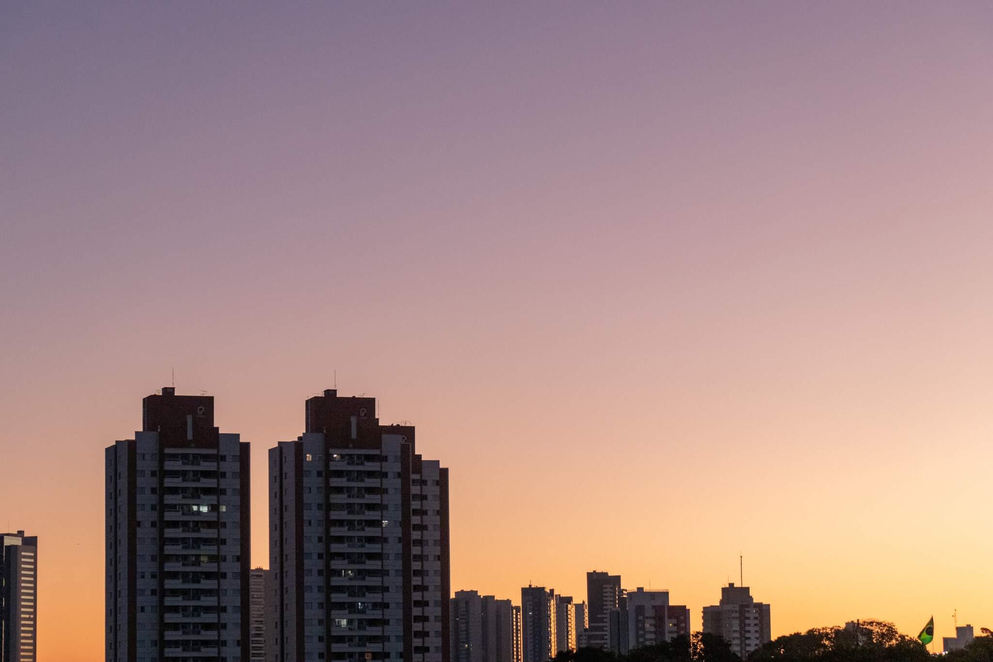 Amanhecer em Campo Grande visto pelo bairro Jardim São Bento (Foto: Henrique Kawaminami)