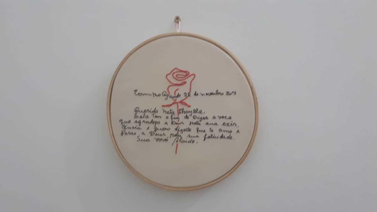 Bilhete foi bordado com a mesma letra da avó pela artesã Maria Ayslane. (Foto: Arquivo Pessoal)