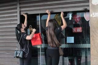 No centro de Campo Grande, loja sendo aberta em mais um dia de decreto, desta vez, na bandeira vermelha (Foto: Marcos Maluf)