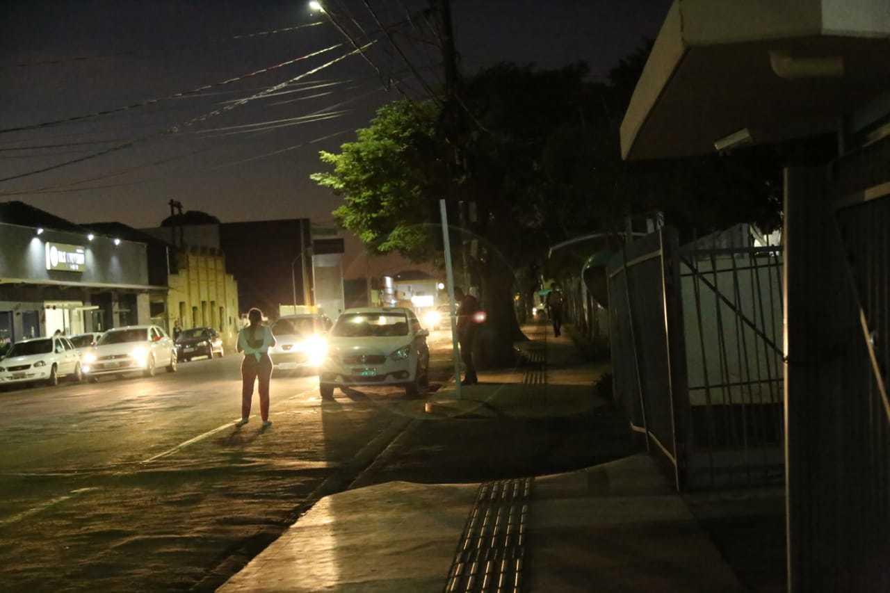 Escuridão também toma conta das ruas no entorno. (Foto: Kísie Ainoã)
