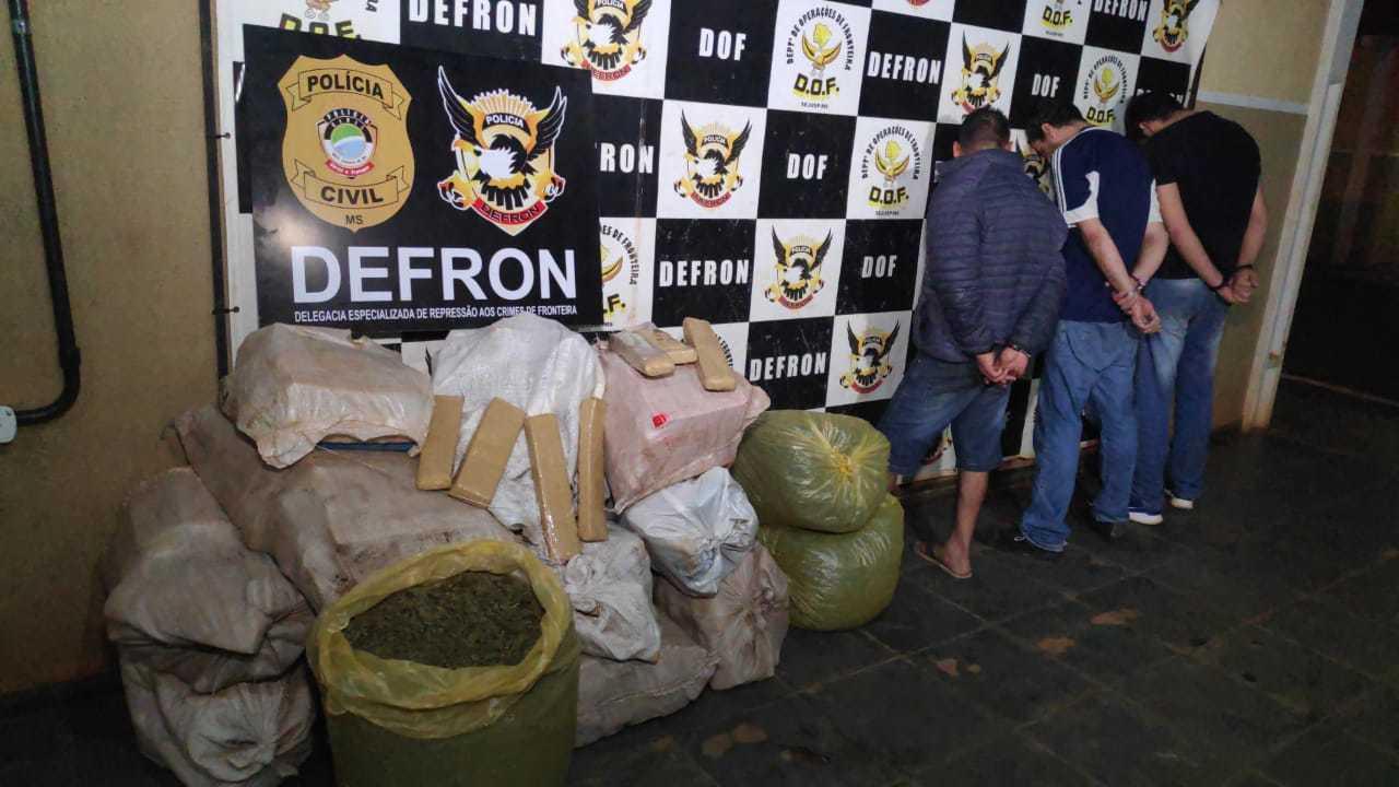 Traficantes presos ao lado das drogas encontradas no entreposto. (Foto: Adilson Domingos)