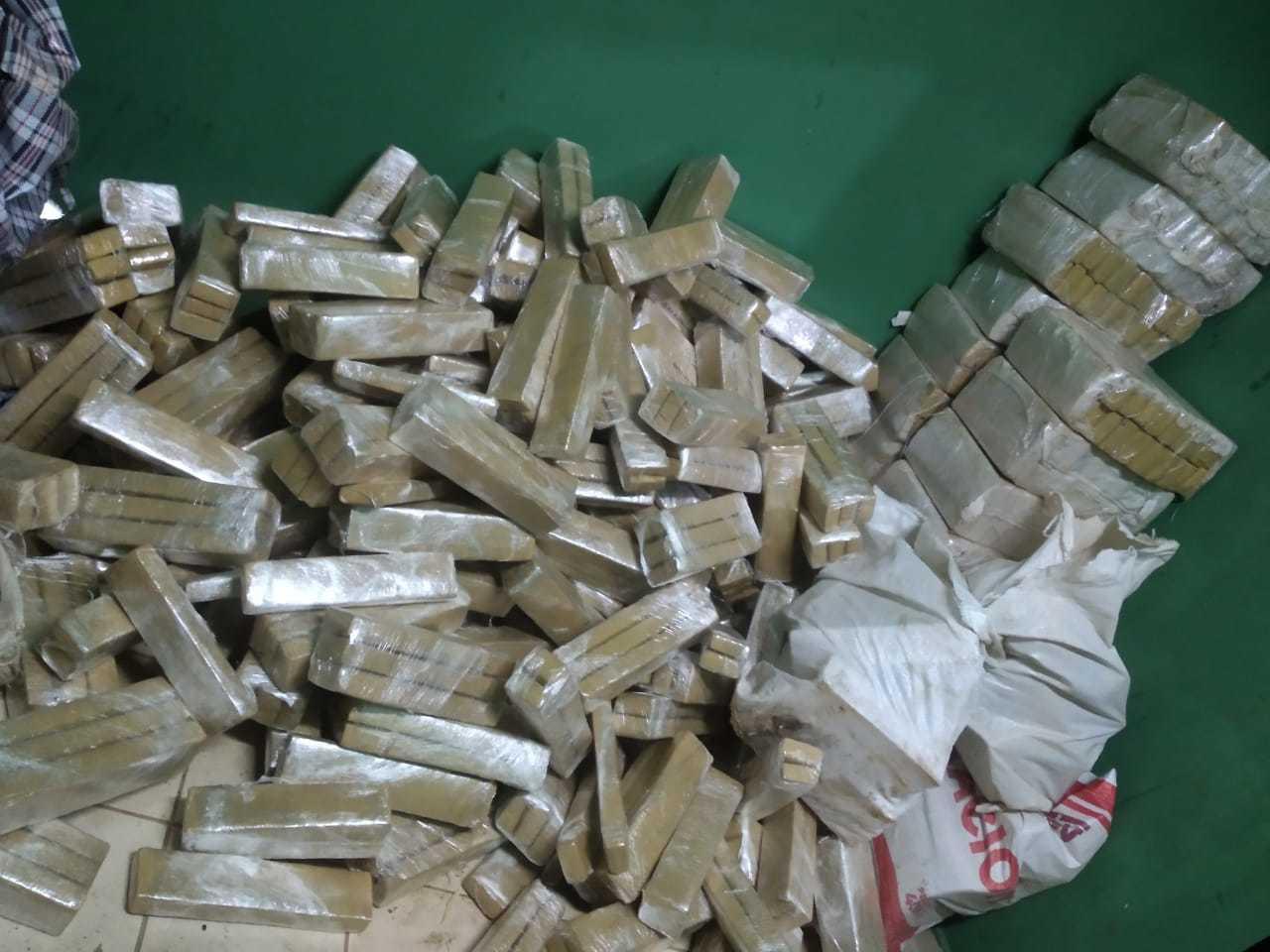 Tabletes de maconha em quarto usado por traficantes. (Foto: Polícia Civil)