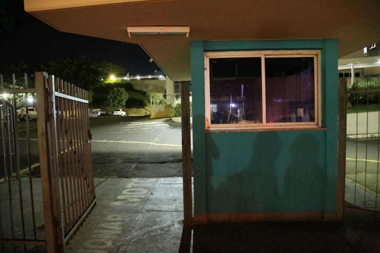Guarita vazia e portão aberto na entrada da Santa Casa na Rui Barbosa. (Foto: Kísie Ainoã)