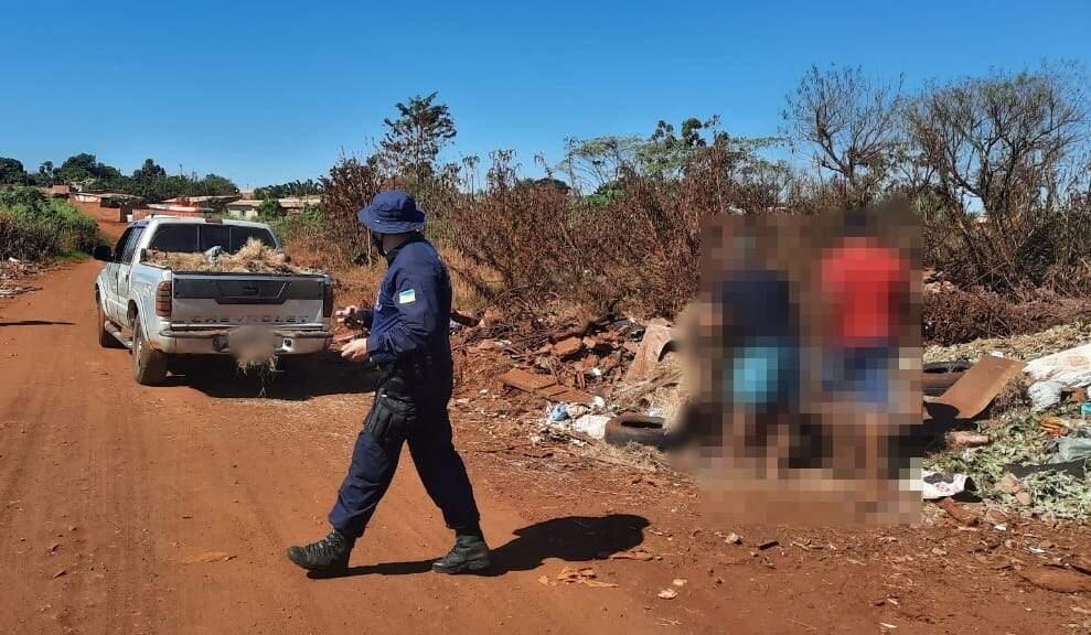 Moradores flagrados por guardas municipais jogando lixo na margem de rua (Foto: Divulgação)