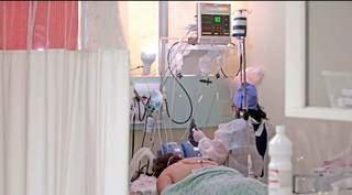 Leito de UTI no Hospital Regional de Mato Grosso do Sul com paciente internado por covid-19. (Foto: Saul Scharmm/Governo Estadual)