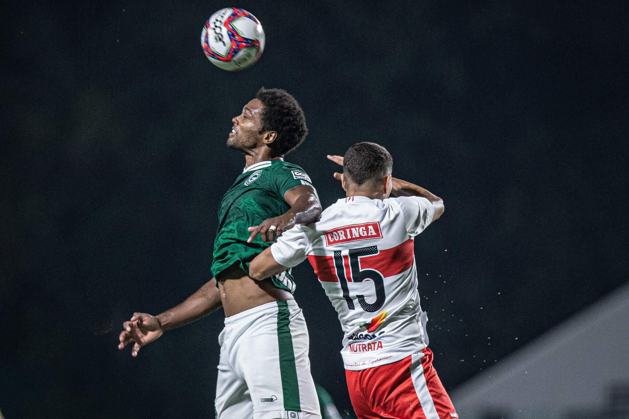 Bruno Mezenga jogador do Goiás disputa lance com Alexandre jogador do CRB durante partida no estádio Serrinha pelo campeonato Brasileiro B 2021. (Foto: Estadão Conteúdo)