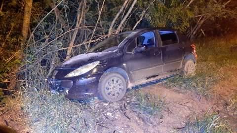 Durante perseguição, ladrões fogem da polícia saltando de carro em movimento