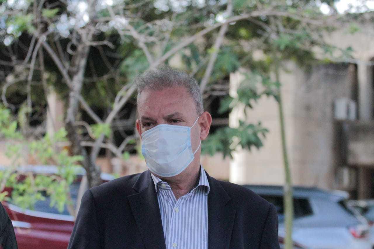 Secretário estadual de Saúde, Geraldo Resende atendeu aos bancários hoje em manifestação pela vacina da categoria. (Foto: Marcos Maluf)