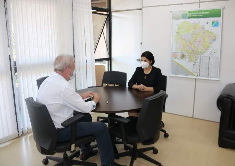 Em reunião com o secretário de Estado de Saúde, Geraldo Resende, a Defensoria pública-geral do Estado, Patrícia Elias Cozzolino de Oliveira, discute situação da covid-19 em MS (Foto Assessoria de Imprensa)