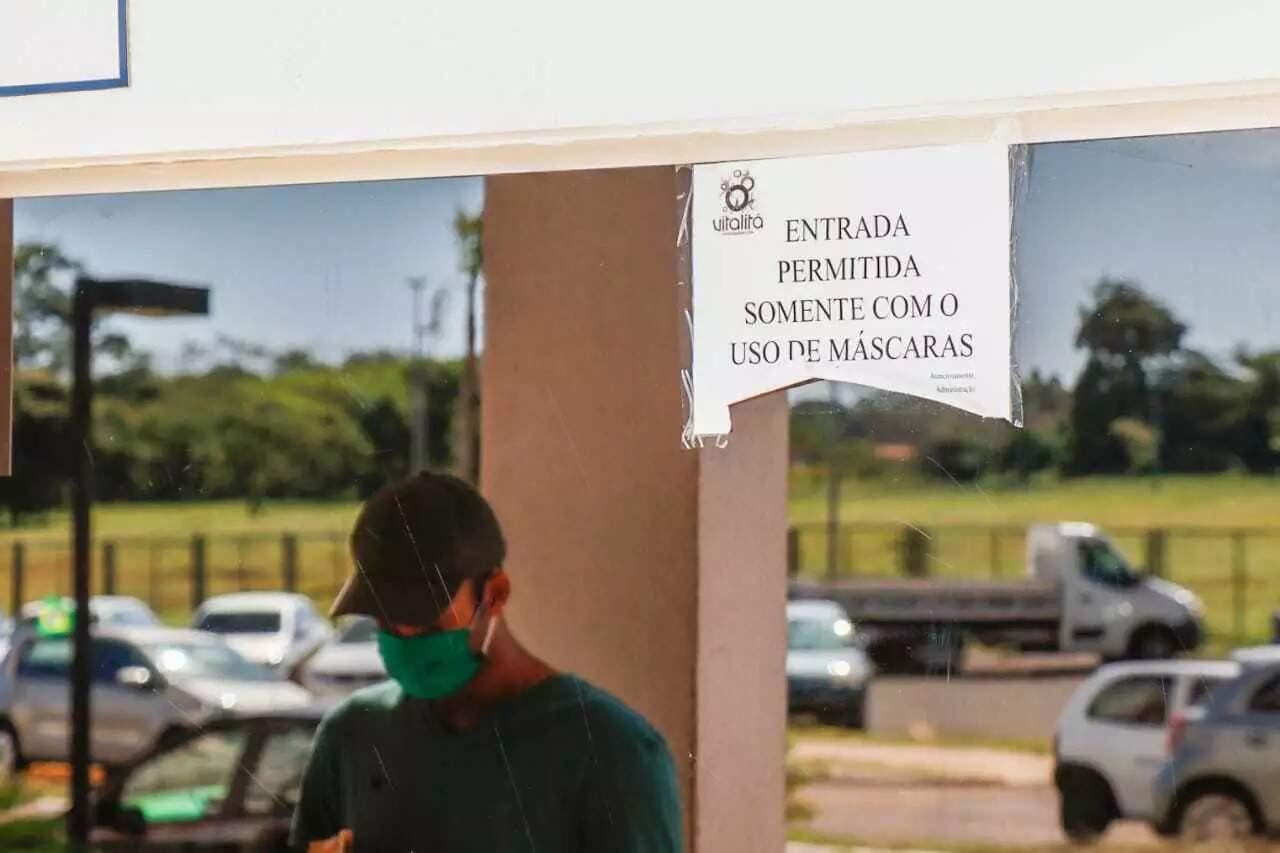 Aviso de uso obrigatório de máscara na entrada do condomínio (Foto: Henrique Kawaminami/Arquivo)