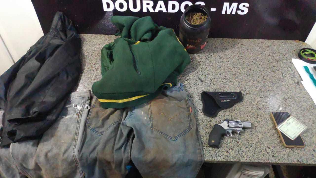 Roupas e arma apreendidos com os suspeitos. (Foto: Adilson Domingos)