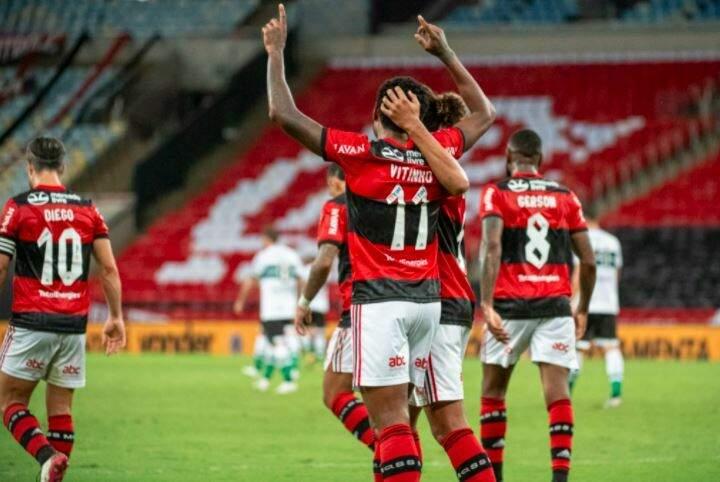 Jogadores comemorando a vitória desta noite. (Foto: Alexandre Vidal / CRF)