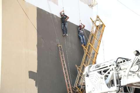 Pintores ficam pendurados a 15 metros após corda de andaime arrebentar