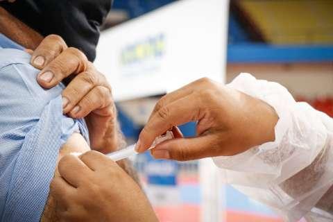 Capital começa a vacinar pessoas com mais de 49