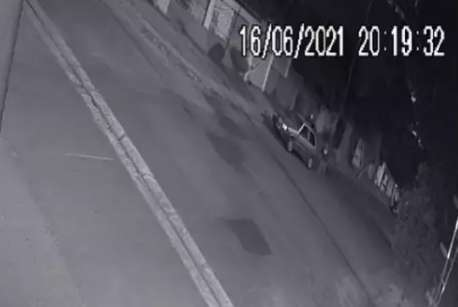 """Dupla em Uno """"fecha"""" entregador e atira para roubar motocicleta"""