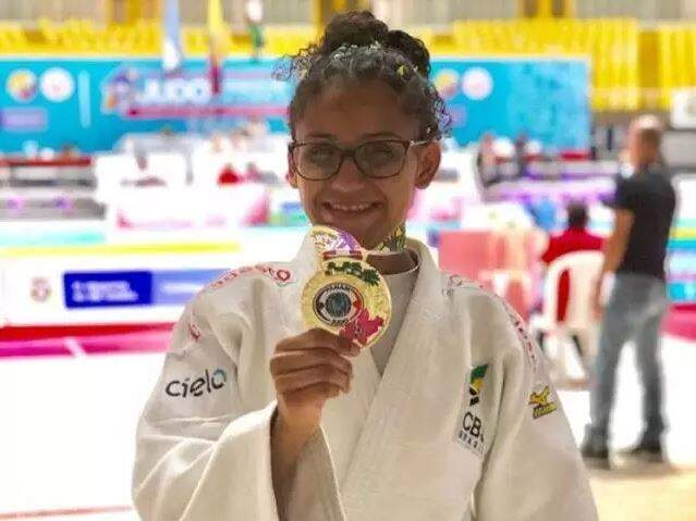Alexia com a medalha de ouro conquistada nos Jogos Pan-Americanos (Foto: Arquivo pessoal)