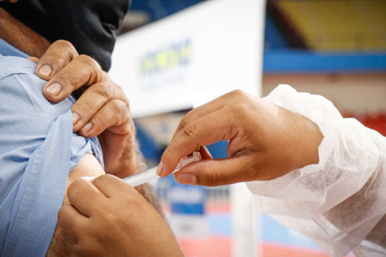 Morador sendo vacinado contra a covid-19 na Capital. (Foto: Henrique Kawaminami)
