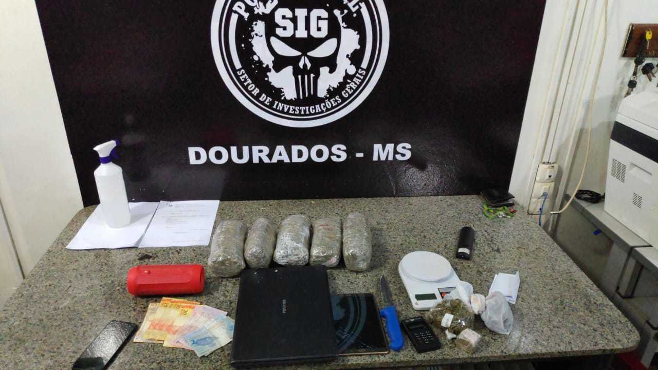 Pacotes de droga, dinheiro e outros objetos encontrados na casa de suspeito (Foto: Adilson Domingos)