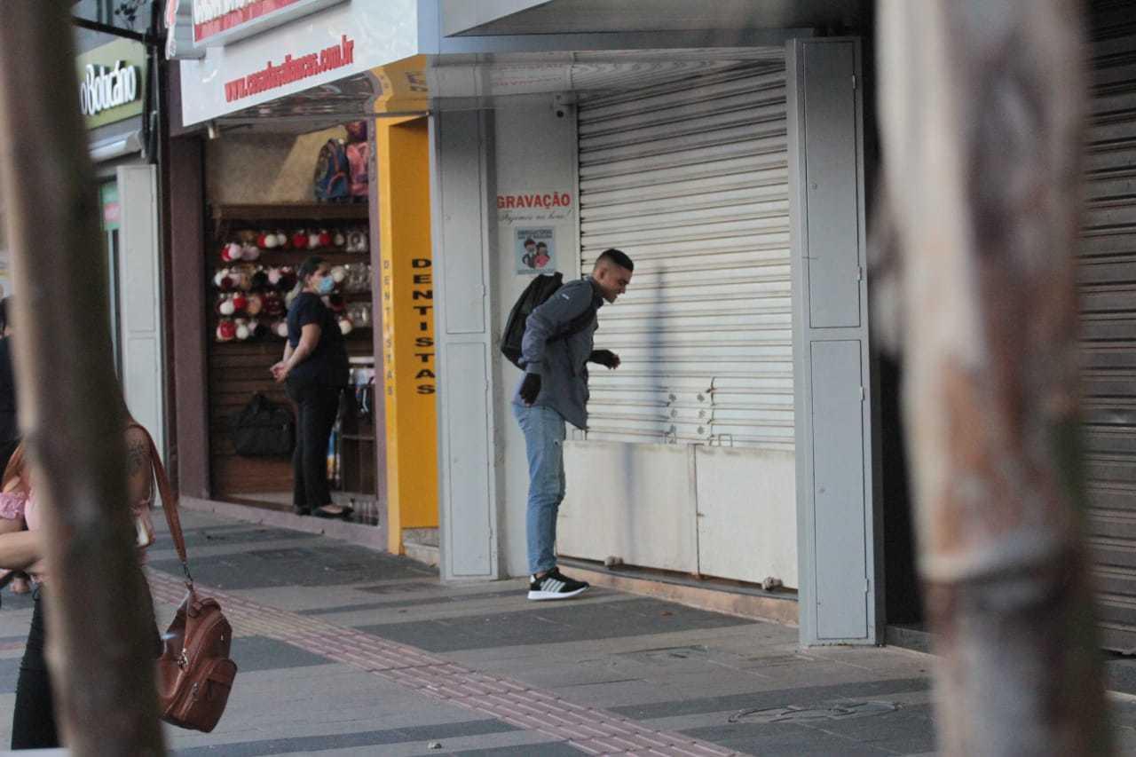 No primeiro dia após decisão da prefeitura, comércio abriu as portas em Campo Grande (Foto: Marcos Maluf)