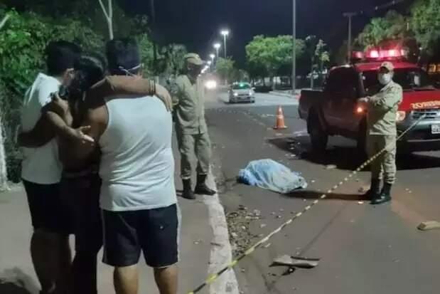 Familiares próximo ao corpo de Cristiane, na noite de segunda-feira (14) (Foto: Leonardo Cabral/Diário Corumbaense)