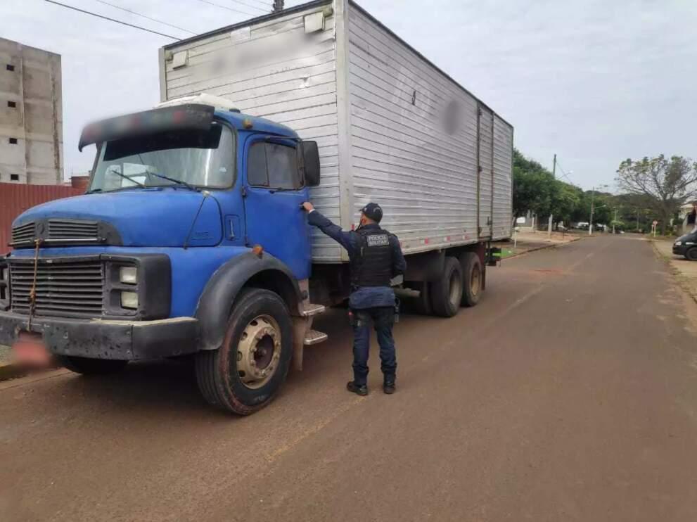 Caminhão foi levado para a Polícia Civil, para ser periciado (Foto: Adilson Domingos)