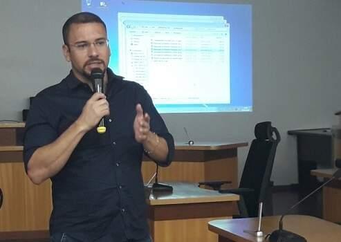 Secretário de Saúde de Corumbá, Rogério Leite, teve que apresentar justificativas ao TCE junto ao prefeito Marcelo Iunes (Foto: Divulgação/PMC)