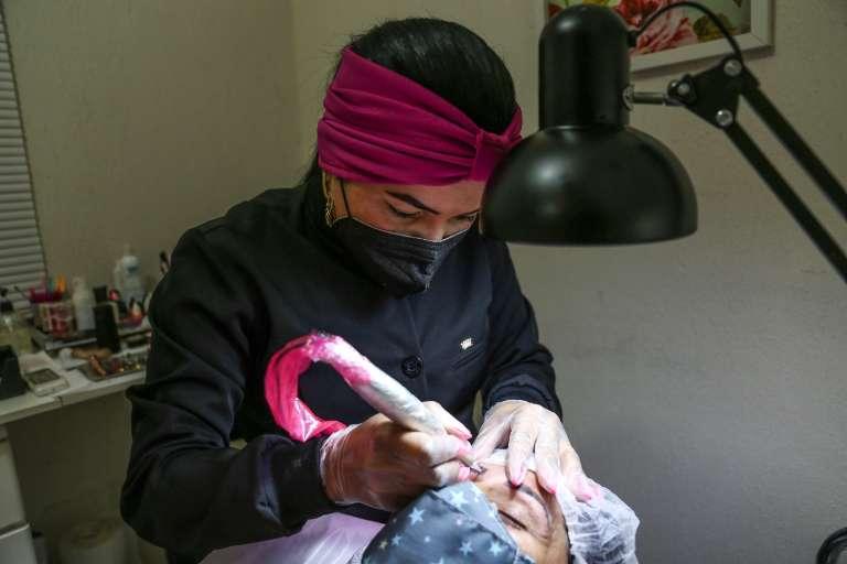 Eliane refaz sobrancelha de graça para alegria de mulheres com câncer