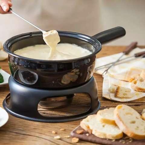 Na temporada do fondue, veja onde comer versões doces e salgadas