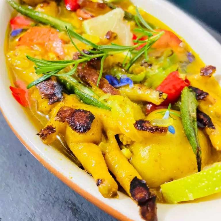 """Com carne a """"preço de ouro"""", chef faz caldo com pé de frango e flores"""