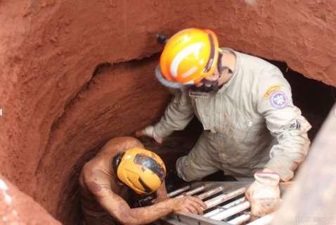 Homem é soterrado e bombeiros levam 1 hora para retirá-lo de buraco