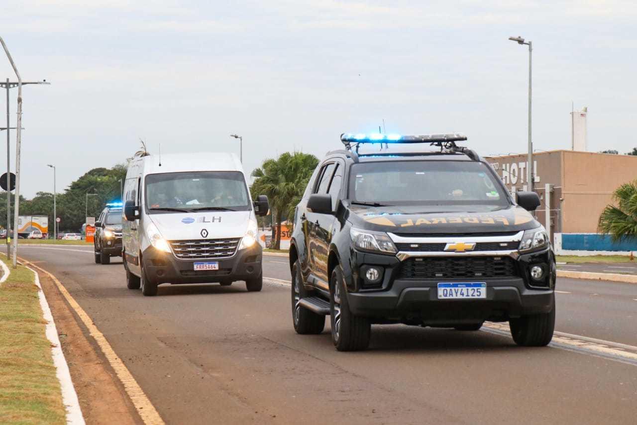 Vacinas que chegaram nesta manhã foram escoltadas por viaturas da Polícia Federal (Foto: Henrique Kawaminami)