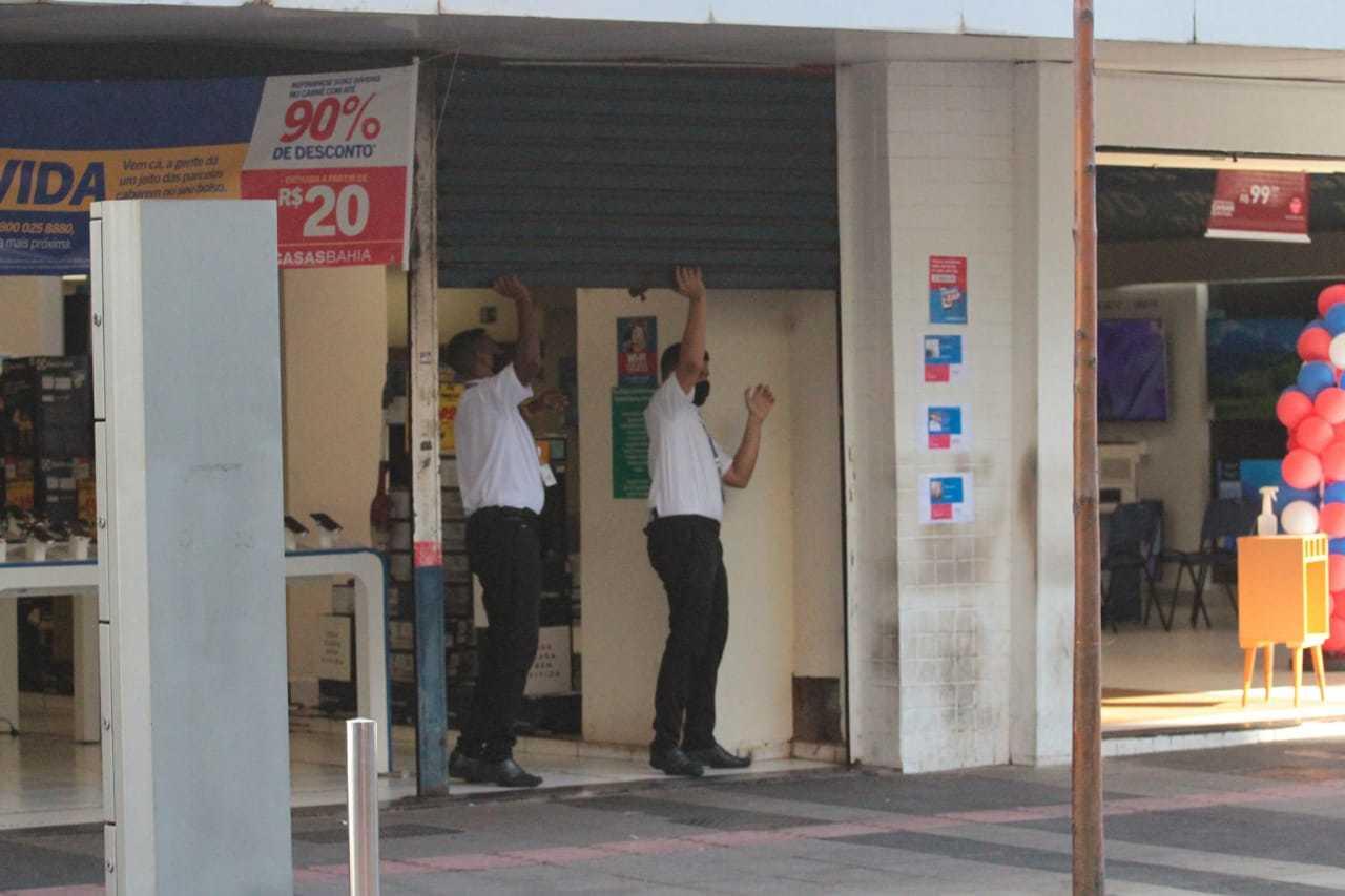 Funcionários abrem loja no Centro de Campo Grande; por decreto estadual, comércio da Capital deveriam estar fechado (Foto: Marcos Maluf/Arquivo)