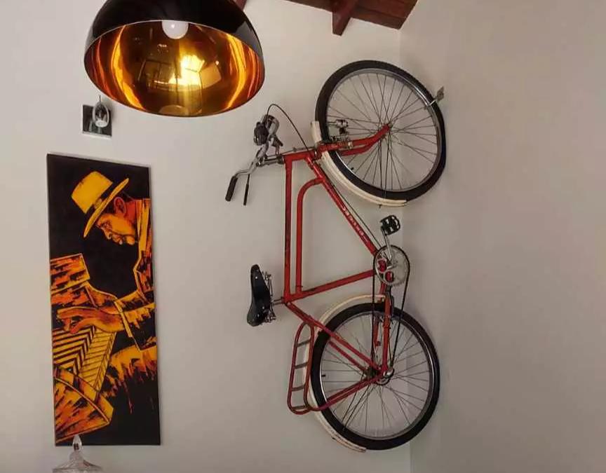 Na casa de Márcio Costa, bicicleta foi parar na parede para decoração. (Foto: Arquivo Pessoal)