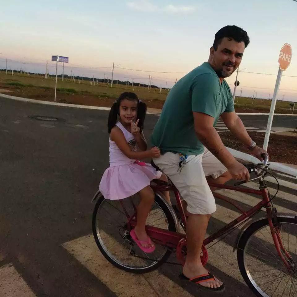 Hoje, ele usa a bicicleta por hobby com a filha Helena Valentina na garupa. (Foto: Arquivo Pessoal)