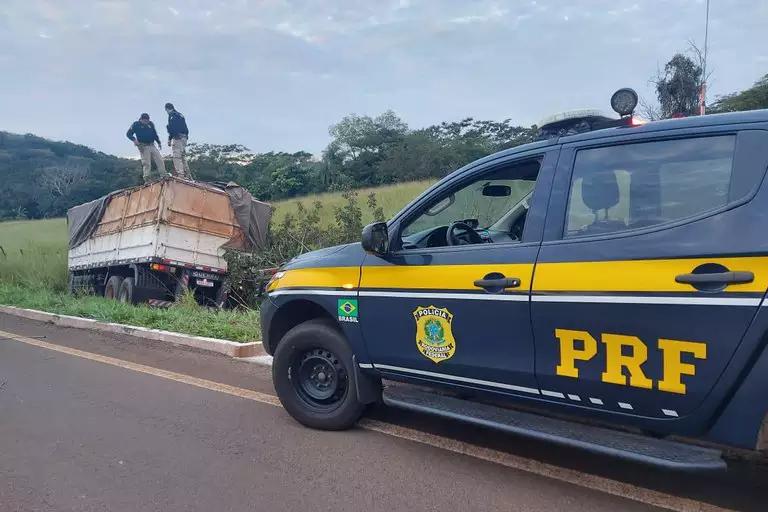 Caminhão saiu da pista depois que motorista pulou do veículo (Foto: Divulgação/PRF MS)