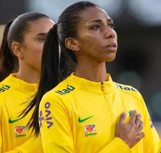 Bruna Benites antes de jogo pela seleção brasileira (Foto: CBF)