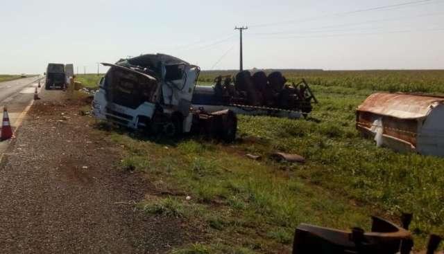 Motorista tenta desviar de buraco e tomba carreta com 50 mil litros de etanol