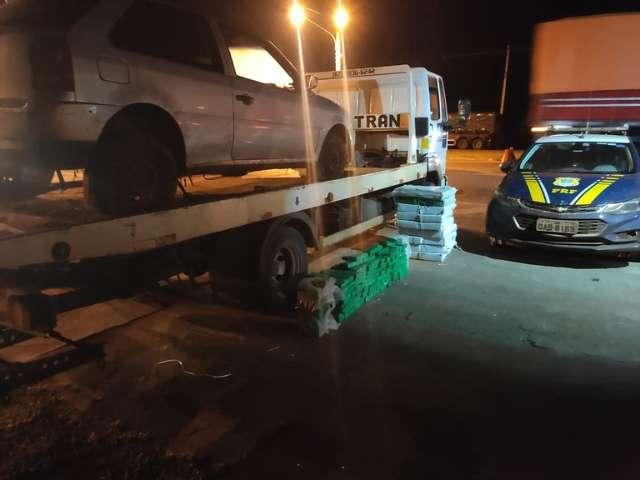 Motorista e passageiro abandonam carro com 355 kg de maconha e fogem