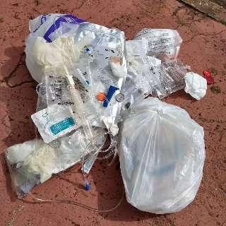 """Moradores """"acordam"""" com lixo infectante jogado na calçada"""